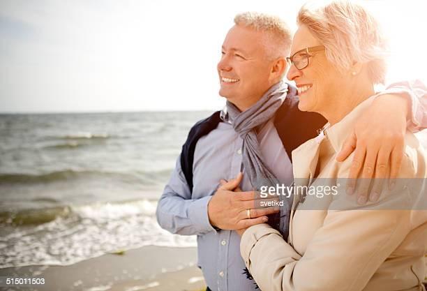 Casal junto ao mar.