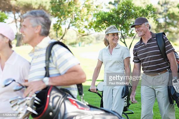 Älteres Paar tragen-Taschen