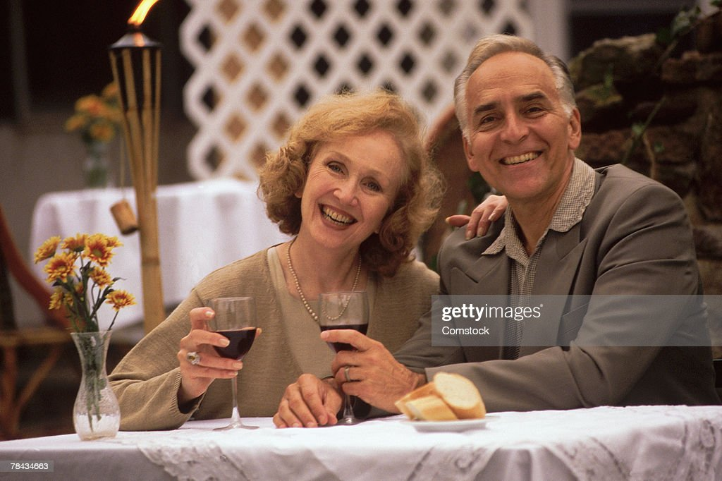 Mature couple dining out : Stockfoto