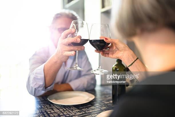 couple d'âge mûr dîner au restaurant