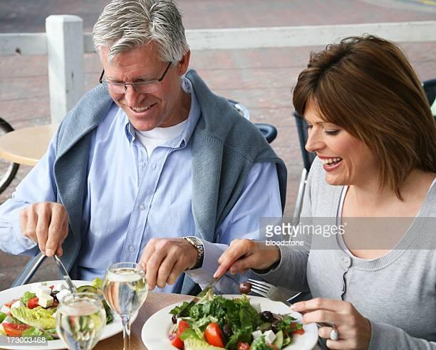 Pareja madura disfrutando de un almuerzo ligero