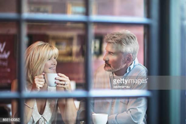 Couple senior, prendre un verre dans un pub