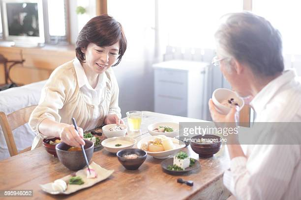 mature couple having japanese breakfast - exclusivamente japonés fotografías e imágenes de stock