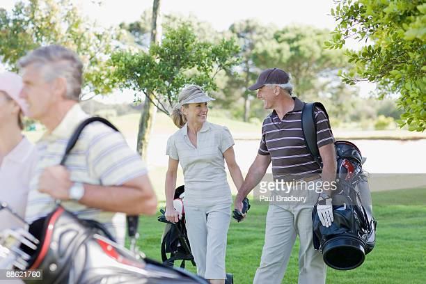 Ältere paar Hände halten und tragen-Taschen