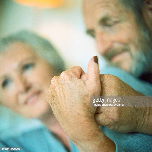 mature couple holding hands, focus on hands - keratosis fotografías e imágenes de stock