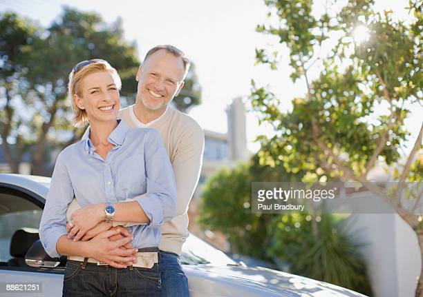 Älteres Paar umarmen im Freien