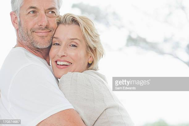 Älteres Paar umarmen