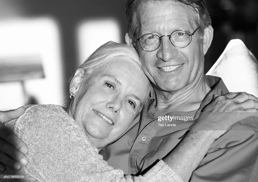 Mature couple hugging, portrait, b&w : Stockfoto