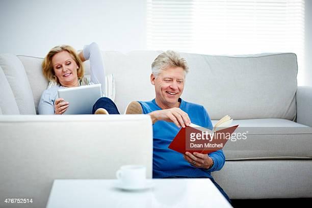 Casal na sala de estar leitura