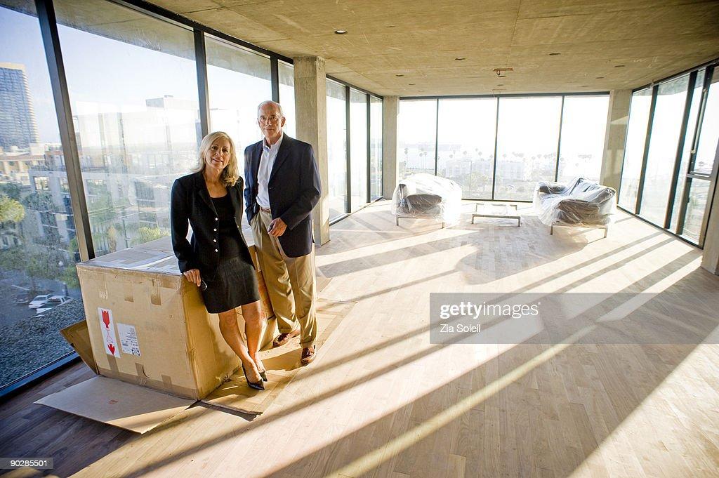mature couple in new condo : Foto de stock