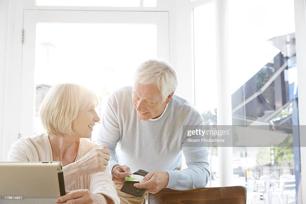 Mature couple internet shopping : Bildbanksbilder