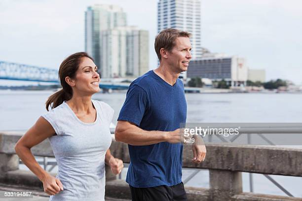 Mature couple jogging ensemble sur le front de mer