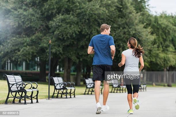 熟年カップルジョギングを一緒に公園
