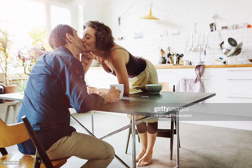 Mature couple kisses : Stock-Foto