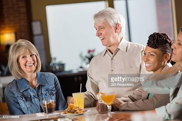 熟年カップル一緒に、レストラン「笑う