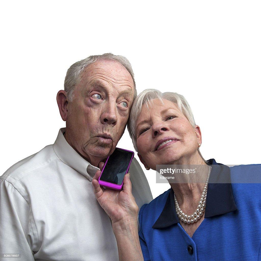 Älteres Paar gemeinsam Musik auf Handy : Stock-Foto