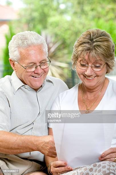 Älteres Paar Blick auf ein Dokument