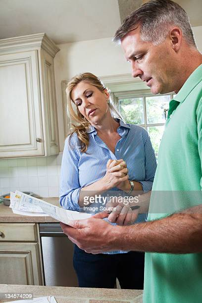 Coppia di età matura guardando le bollette domestiche