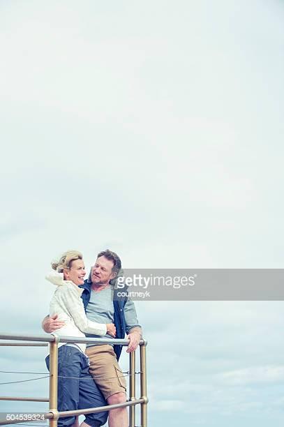 Älteres Paar Aussicht genießen.