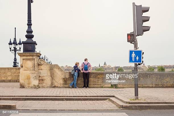 Ältere ein paar Touristen schaut an den Blick auf die Brücke.