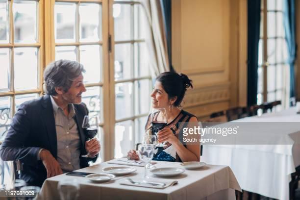 レストランでのデートで成熟したカップル - 記念日 ストックフォトと画像