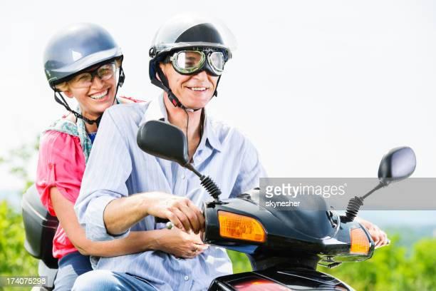 Pareja madura en una motocicleta