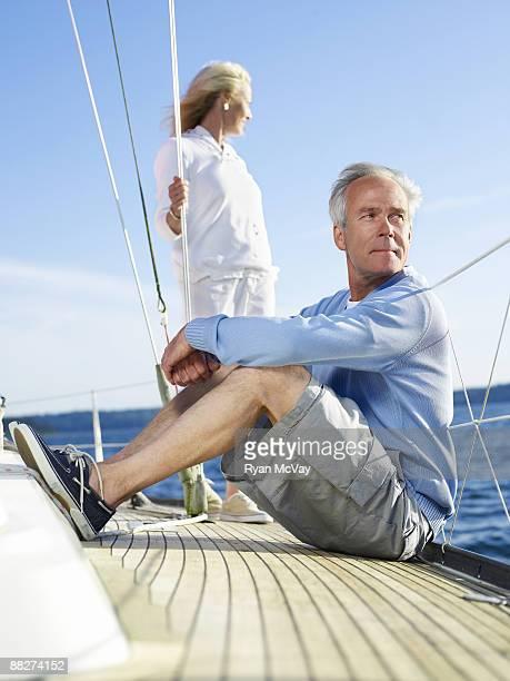 couple d'âge mûr sur voilier