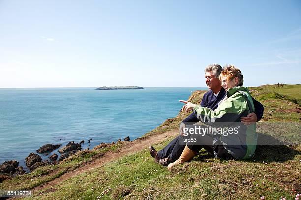 couple d'âge mûr à l'extérieur portrait