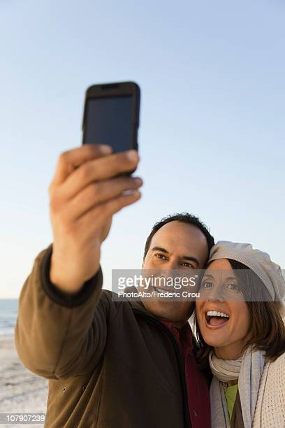 mature couple photographing themselves with photophone - 40 44 jahre stock-fotos und bilder
