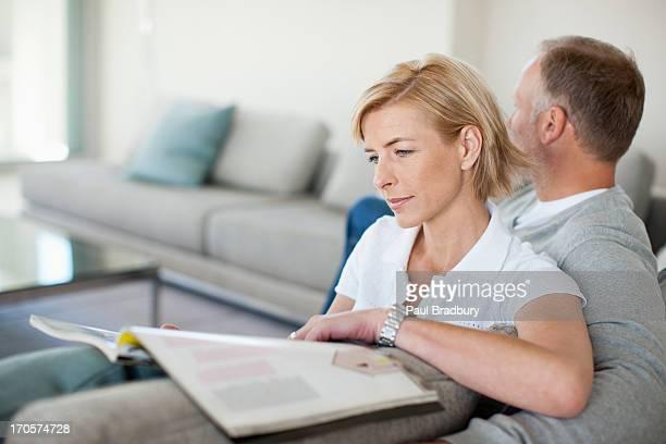 Älteres Paar Lesen auf sofa