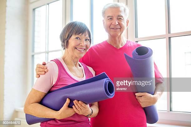 couple d'âge mûr prêt pour l'entraînement de yoga