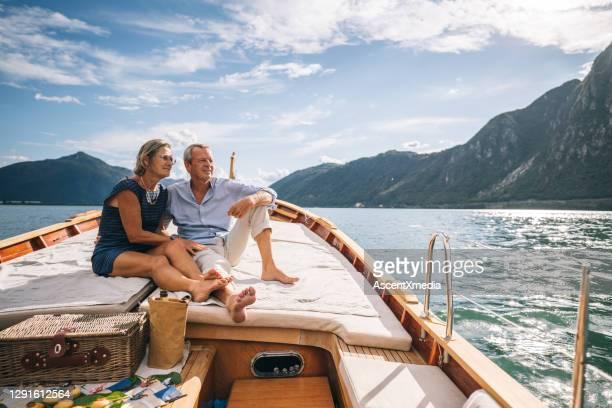 成熟したカップルはルガーノ湖を移動ヨットでリラックス - 放浪願望 ストックフォトと画像