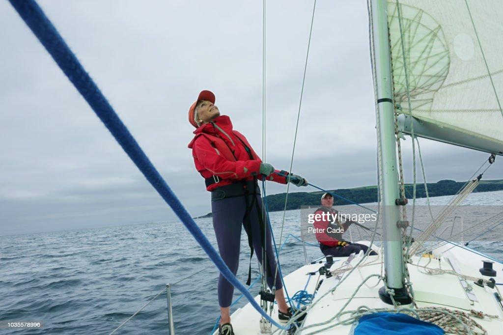 Mature couple sailing boat : Stock-Foto