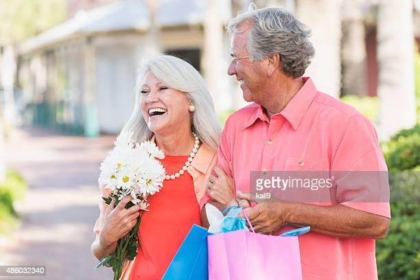 Älteres Paar einkaufen zu Fuß im Freien,