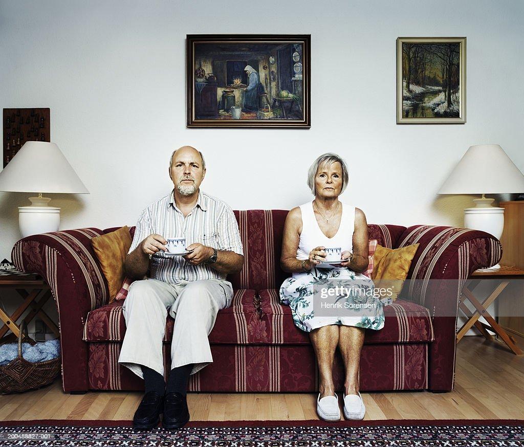 Mature couple sitting on sofa, portrait : Foto de stock