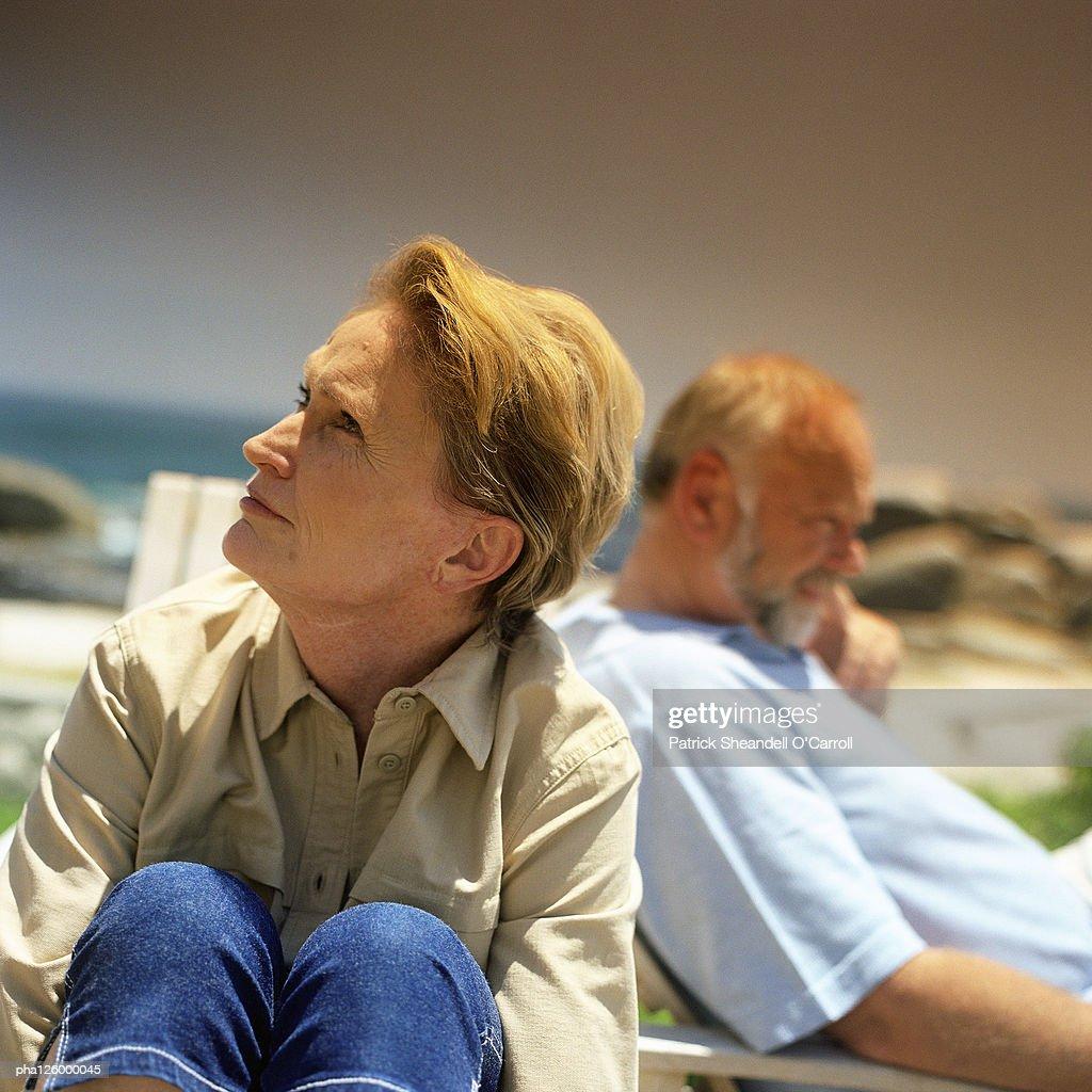 Mature couple sitting outside : Stockfoto