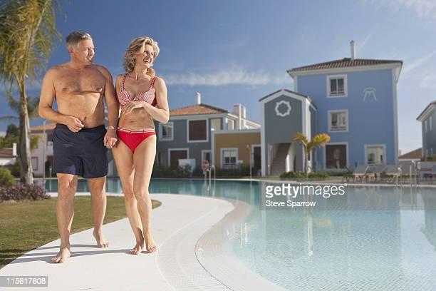 Älteres Paar spazieren am pool