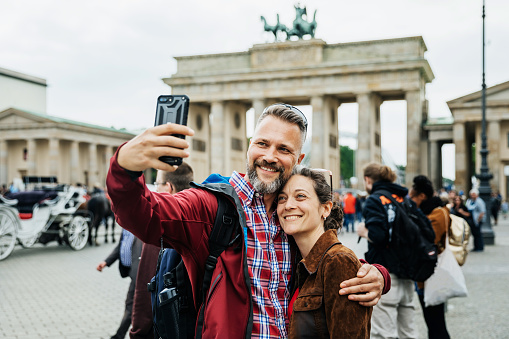 A Mature Couple Take A Selfie Together In Front Of Brandenburg Gate in Berlin - gettyimageskorea