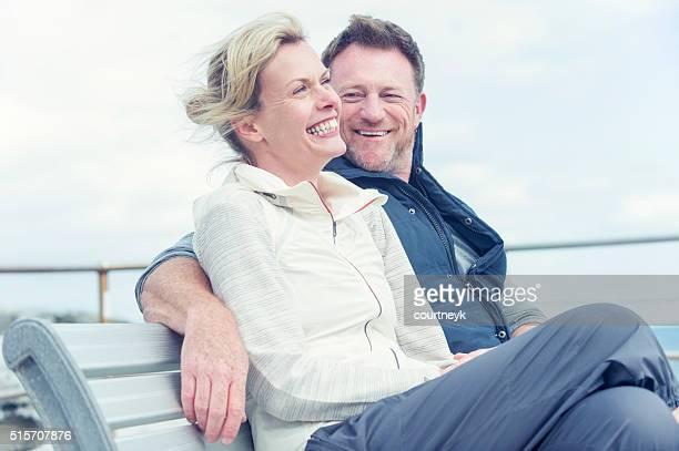 Älteres Paar reden und Flirten.