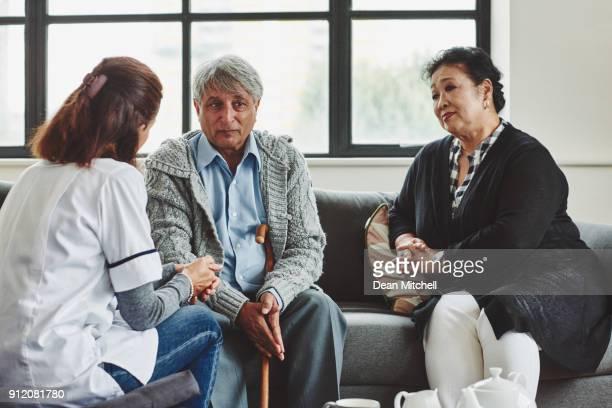 Pareja hablando con casa cuidador