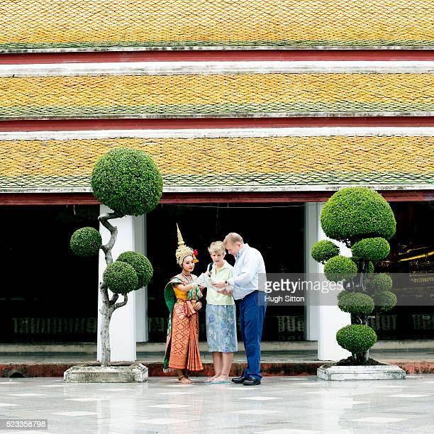 mature couple travelling, bangkok, thailand - hugh sitton 個照片及圖片檔