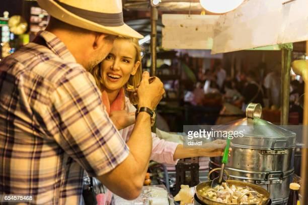 Oudere paar proberen Thai Street Food in Bangkok