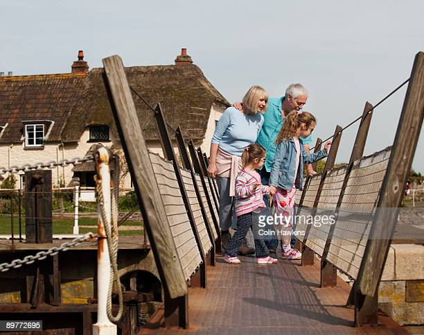 mature couple with children on walkway - ポーロック ストックフォトと画像