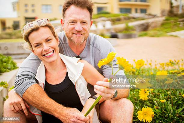 Älteres Paar mit Blumen