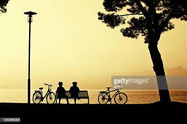 マチュア走行海岸沿いにベンチに沈む夕日
