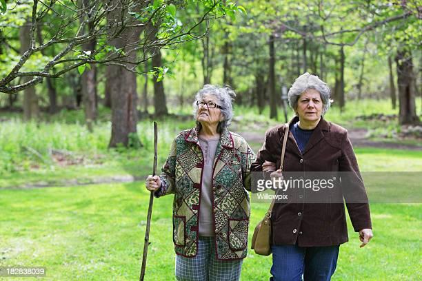 fille d'âge mûr et mère senior à pied du parc naturel - chubby granny photos et images de collection
