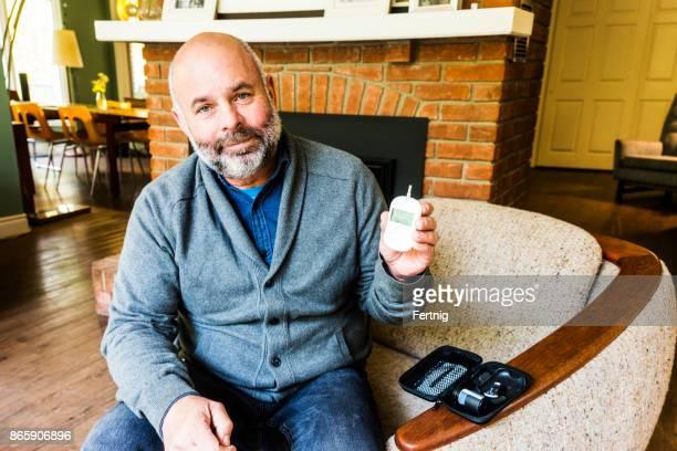 maduro hombre diabético - diabetes fotografías e imágenes de stock