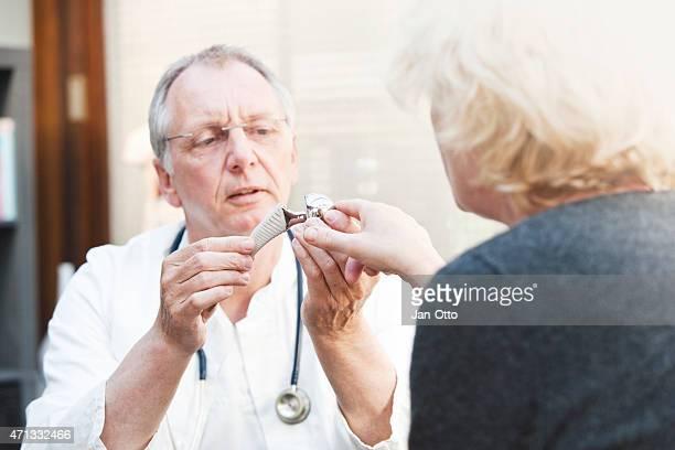 Ältere Medizin präsentieren insgesamt Hüfte arthroplasty um weibliche Patienten