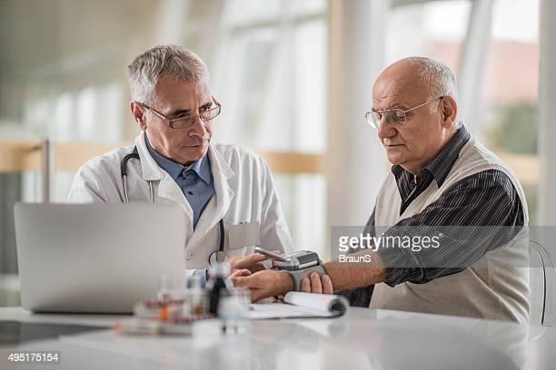 Maduro médico com pressão arterial de calibre no idoso.