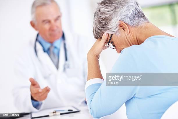 Maduro médico com infeliz a doente